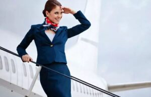 Azafata en la escalera de un avion